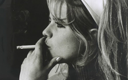Lena Nyman röker i profil 1969. Fotograf/Källa: Rolf Olson