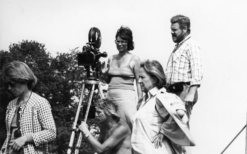 Paradistorgs regissör Gunnel Lindblom tillsammans med delar av filmteamet, bl a skådespelerskan Birgitta Valberg och fotografen Tony Forsberg. Fotograf/Källa: Johan Nykvist. Pressbild från Svenska Filminstitutet.